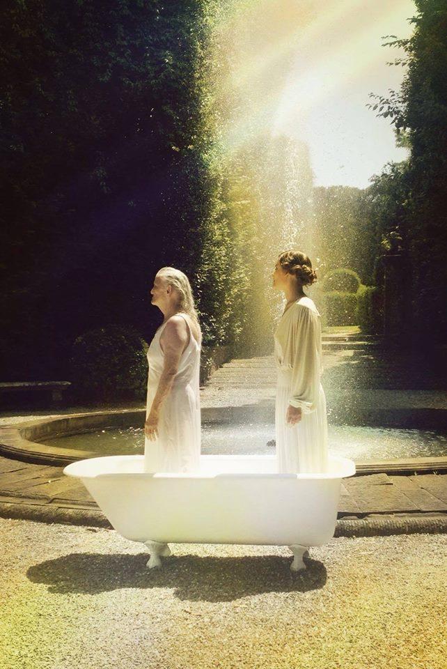 Giusi Merli alla fontana del Teatro di Versuna della Villa Reale di Marlia